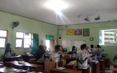 Guru MAN 1 Kota Madiun Laksanakan Upacara Hari Guru Nasional